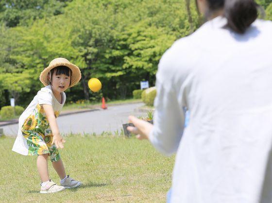 外の芝生広場で伸び伸びと遊ぼう。
