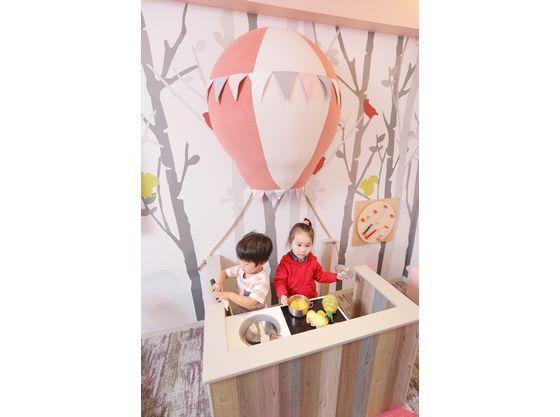 お部屋にはお子様用のキッチンでおままごとも楽しめます(フォレストベビーのお部屋)。