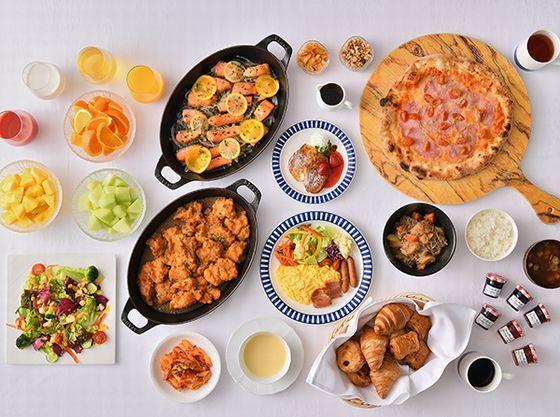 朝食は約70種類の和洋ブッフェを地上140メートルで。