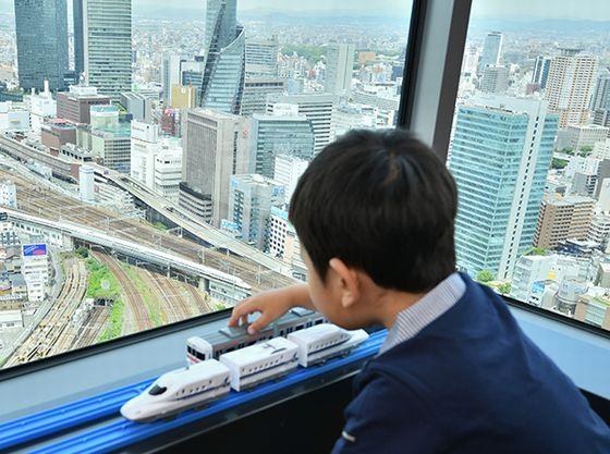 眼下を走る新幹線を見ながらプラレールで!