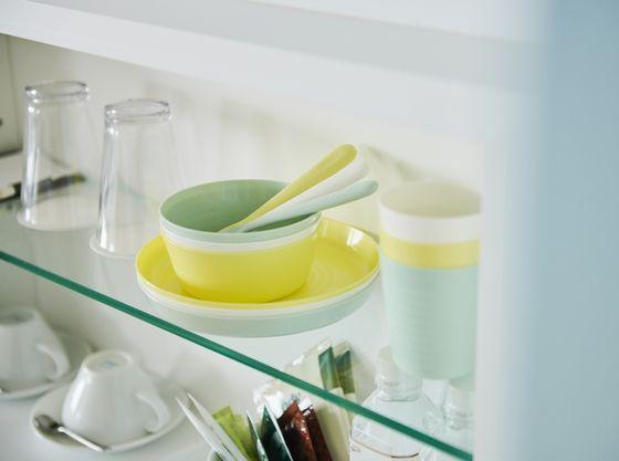 お子様用のお皿やコップ。