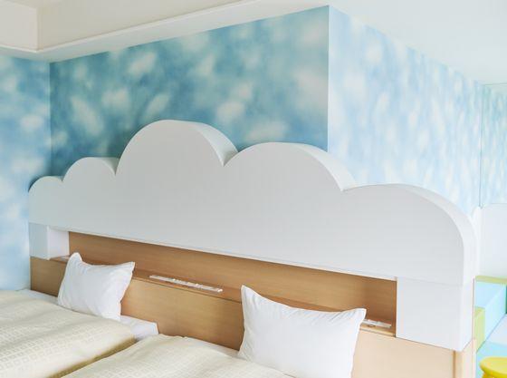 青い空と白い雲をイメージした清潔感のあるお部屋となります。