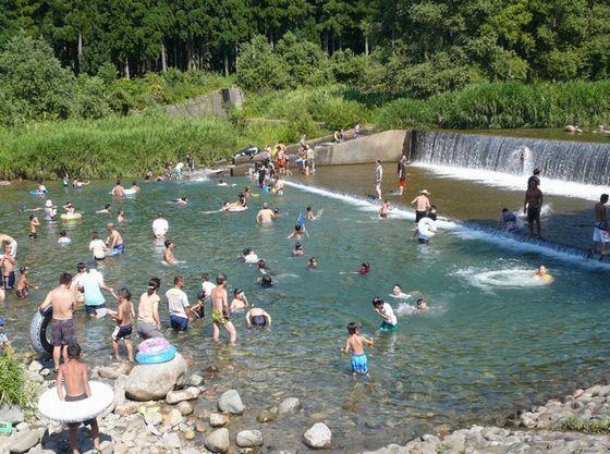 夏は清流「登り川」で川遊び