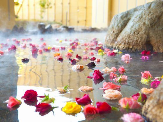 女性用の露店風呂はバラ湯