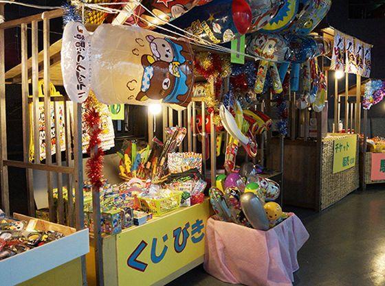 夏休み期間には夜店も開催。