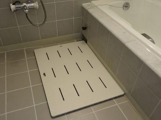 お部屋のお風呂にはバスマットもあります。