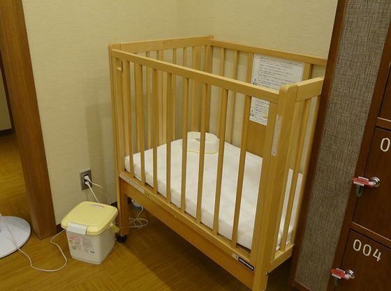 大浴場の更衣室にはおむつ替えに便利なベビーベッド。