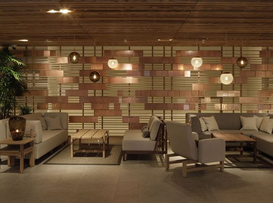 フロント横にはソファーがありくつろげる空間