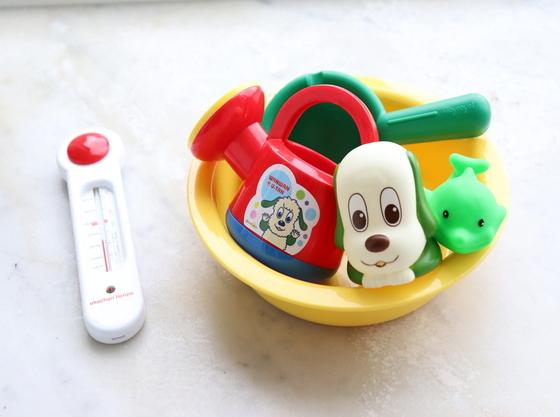 お風呂で遊べる遊具♪湯温計を完備で安心!
