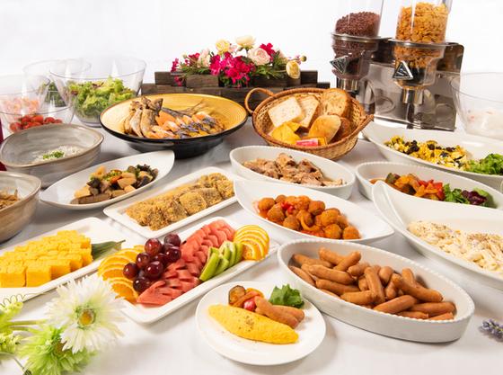 ご朝食は和洋の約50種ビュッフェをご用意!