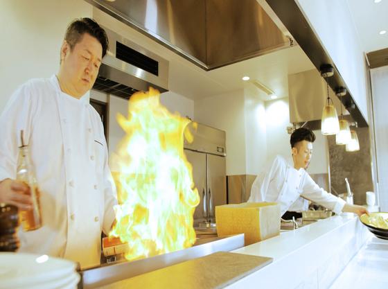 大迫力のライブキッチン!目の前で熱々を!