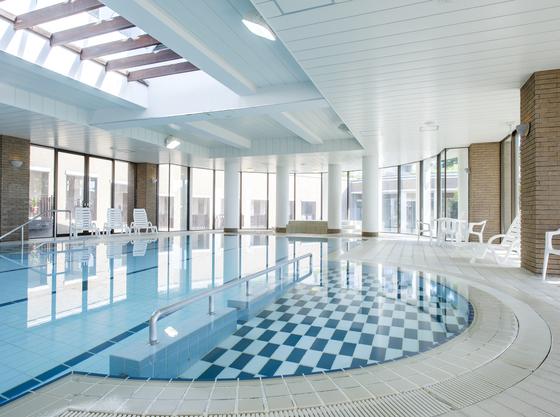 室内温水プールにもお子様用に安心の足がつく深さをご用意