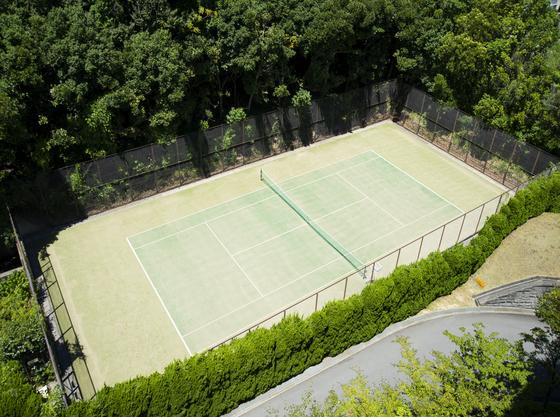自然の中で楽しめるテニスコートもご用意