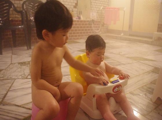大浴場にはお子様用チェアーとバウンサーご用意あります。