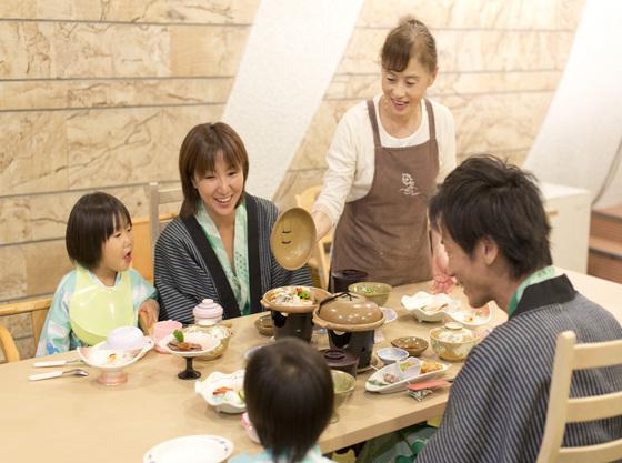 お食事はみんながワクワクしています。家族の絆が深まる瞬間ですね。
