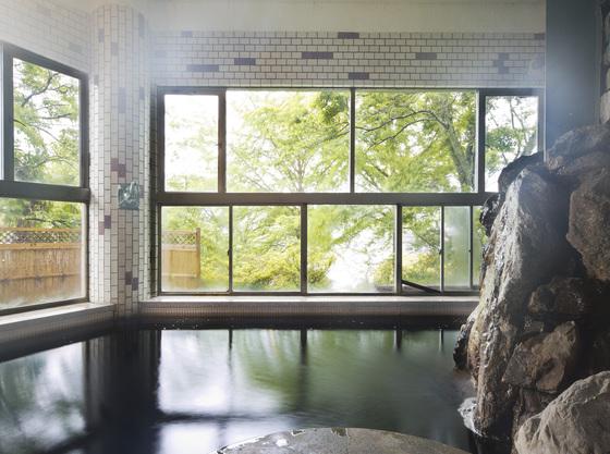 開放的な湖畔が見える女性大浴場、畳敷きで安心♪お子様用の小さな浴槽あります。