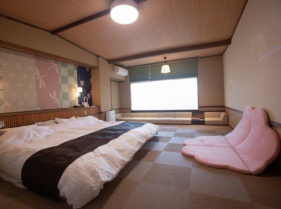 湖が見える落ち着いたしつらえの和室10畳。家族4人でも十分くつろげるゆとりあるお部屋の広さです。