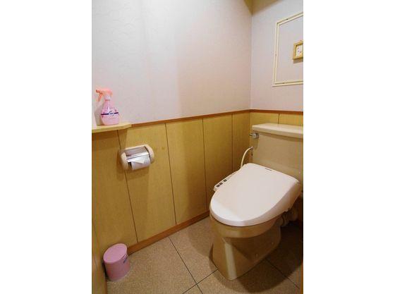 トイレは温水洗浄便座付き。お子様便座もございます。