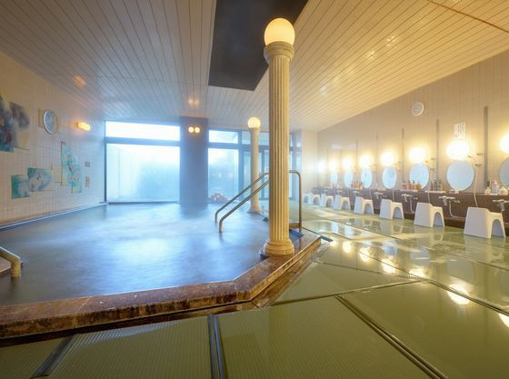 女性用大浴場。洗い場は畳で安全です。