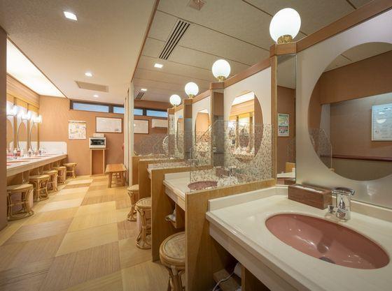 広々とした女性大浴場のパウダールーム。