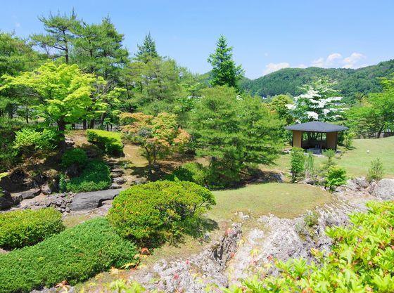 玄関横には曲水庭苑があり季節の花が咲き、ゆっくり散策を!