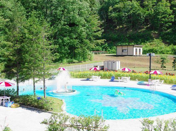 夏季に無料でご利用頂ける屋外プール。浅い子供用プールもあり。