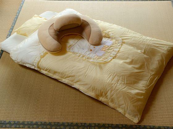 赤ちゃんプランのお部屋に事前にご用意する「赤ちゃん布団とクッション(例)」。