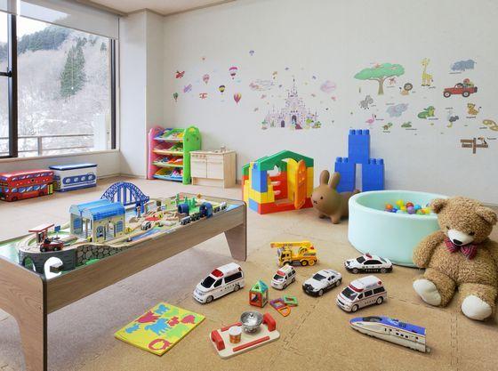 滞在中にお子様が楽しめるキッズスペースには絵本貸出コーナーも併設。
