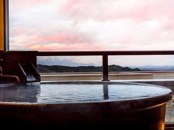 露天風呂付客室「四季彩」はいつでもかけ流しの温泉に入れます