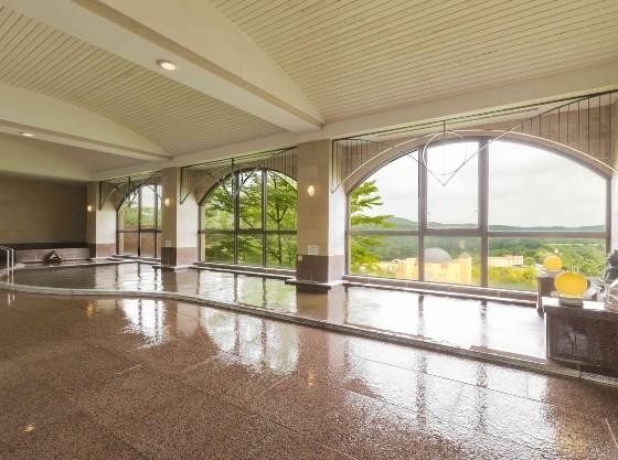 洋風大浴場は窓からフラワー&ガーデンを望めます