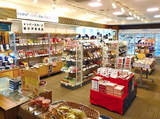 売店はご当地土産からお菓子まで幅広く揃います