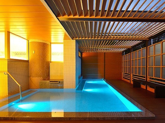 露天風呂は幻想的にライトアップ