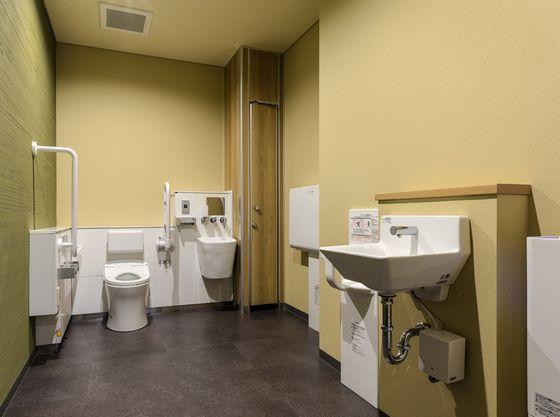 オムツ台を備えたユニバーサルトイレもあります
