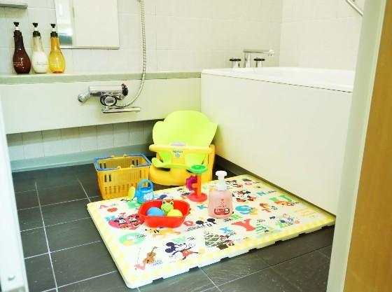 洗い場付きのお風呂で、ご家族でゆっくりご入浴いただけます。