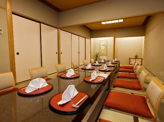 日本料理「かいらん亭」では、お食い初め膳のご用意も。三世代でのお祝いに最適。