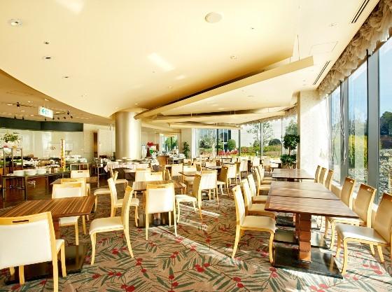 レストラン「フィレンツェ」 庭園を望む解放感ある空間で、洋食のコース料理をご堪能ください。