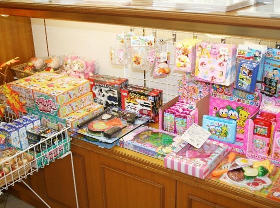 スーベニアショップでは、岐阜のお土産物や、お子様用おもちゃも販売しています。