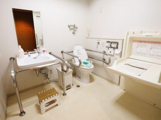 1階ロビーの多目的トイレには、オムツ替えシート、お子様用便座があります。