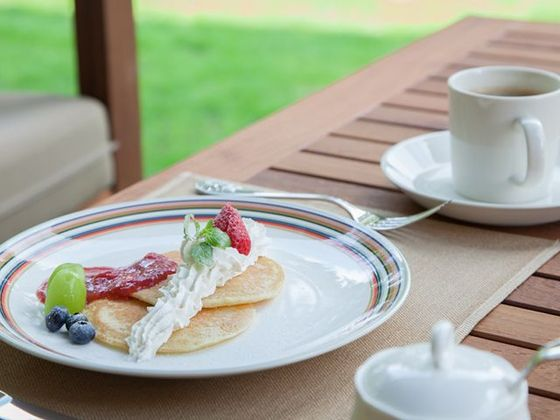 暖かい日には、ラウンジのテラスでご朝食をお楽しみください。