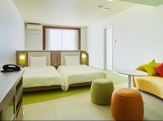 ローベッド4台(2台ずつ横並び)、丸みを帯びた家具のお部屋。