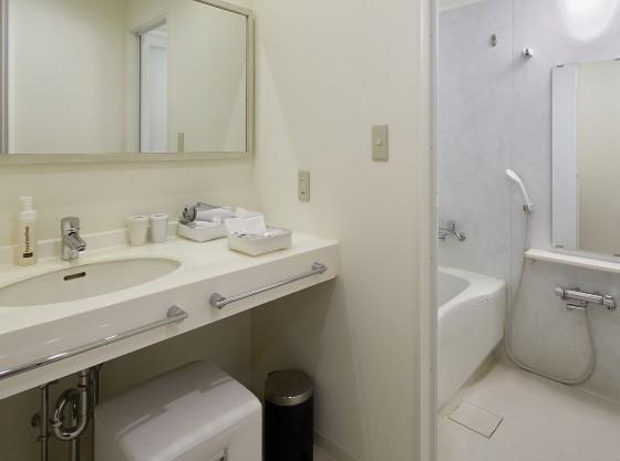 お子様とご一緒でも使いやすい独立洗面台、洗い場付きのお風呂。