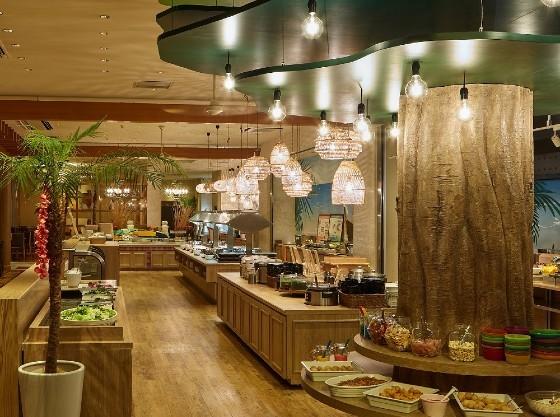 リゾート感溢れるレストランでお食事をお楽しみください。