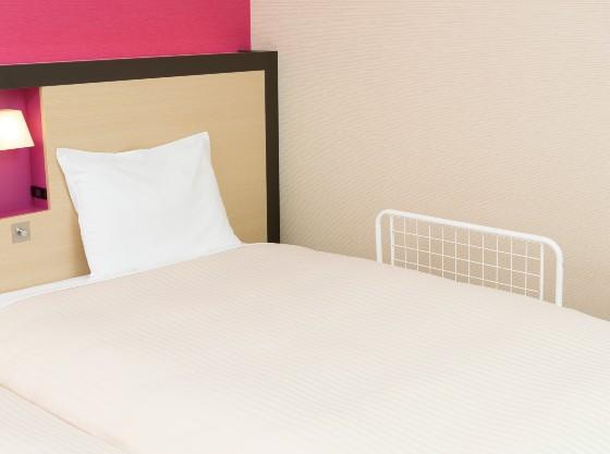 ベッドガードはお部屋に1台常備。追加も承っております。