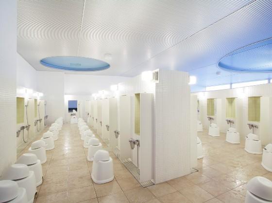 展望大浴場の洗い場はたっぷり40か所ご用意しております。