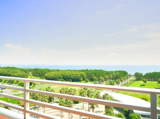 ホテルから徒歩3分の総合公園。海風と豊かな自然を感じる公園。