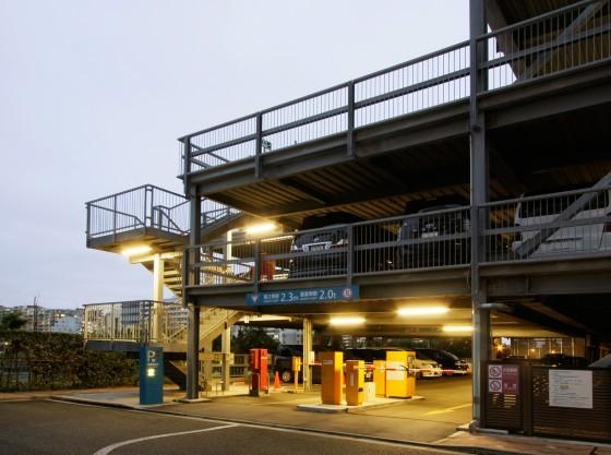 329台収容の立体駐車場。1泊入庫より30時間1,500円