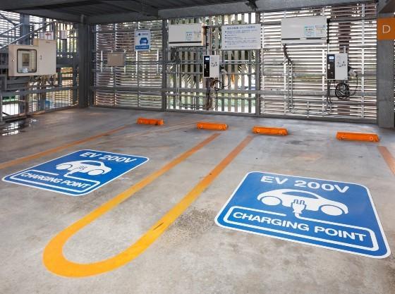 立体駐車場2階にEV専用充電(普通充電器 200V 2基)