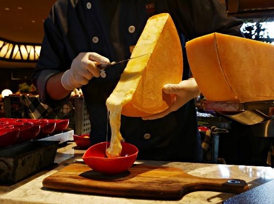 その場でサーブするラクレットチーズはおかわり必至!