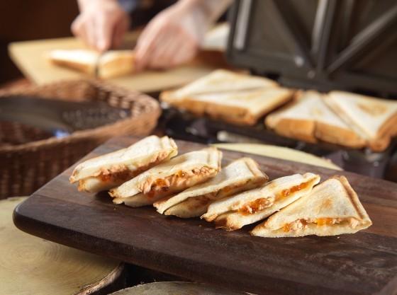 地元の食材を挟んだ焼き立てホットサンド