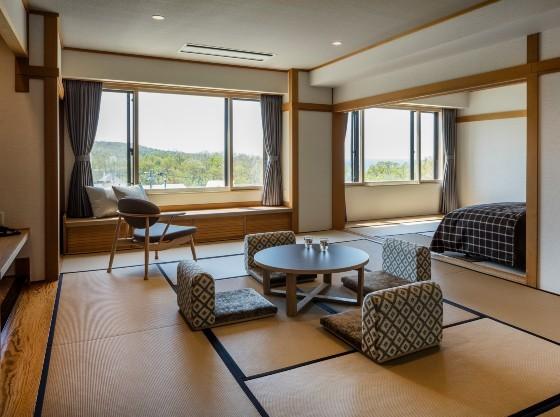 【認定客室】タタミにベッドの和洋室は窓が大きく明るい